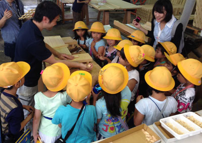 小学生の組子工場見学